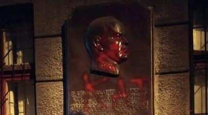 В Одессе памятную доску маршалу Жукову облили краской