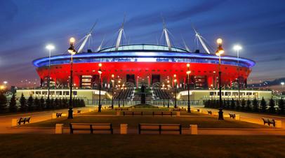 Болельщики прибывают на «Газпром Арену» перед матчем Россия — Бельгия