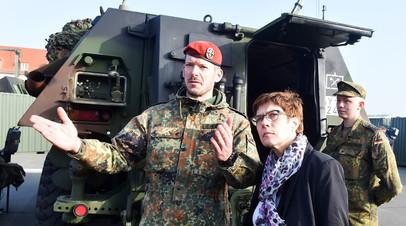 Министр обороны Германии Аннегрет Крамп-Карренбауэр беседует с солдатом