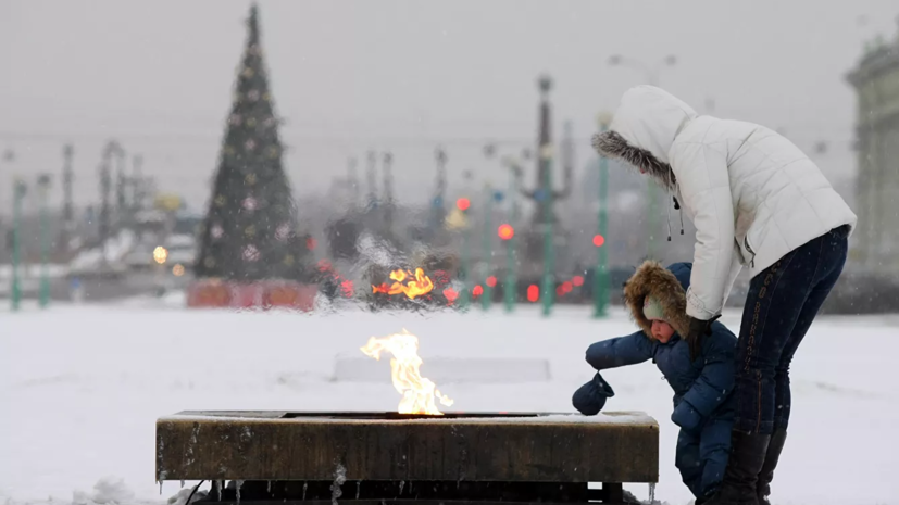 В Петербурге Вечный огонь забросали снегом