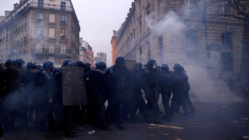 Корреспондент RT пострадала во время протестов в Париже