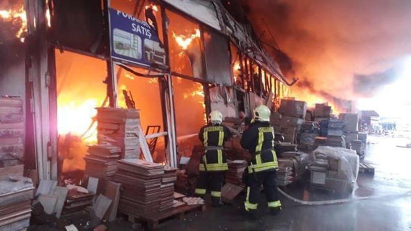 Два человека госпитализированы после пожара на рынке в Баку
