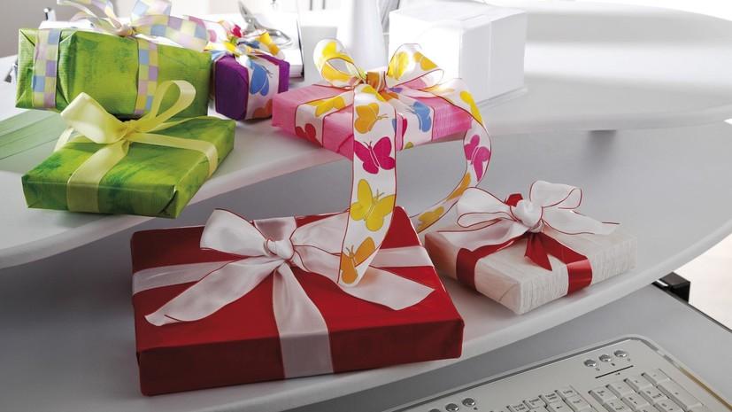 Минтруд: госслужащим запрещено брать подарки во внерабочее время