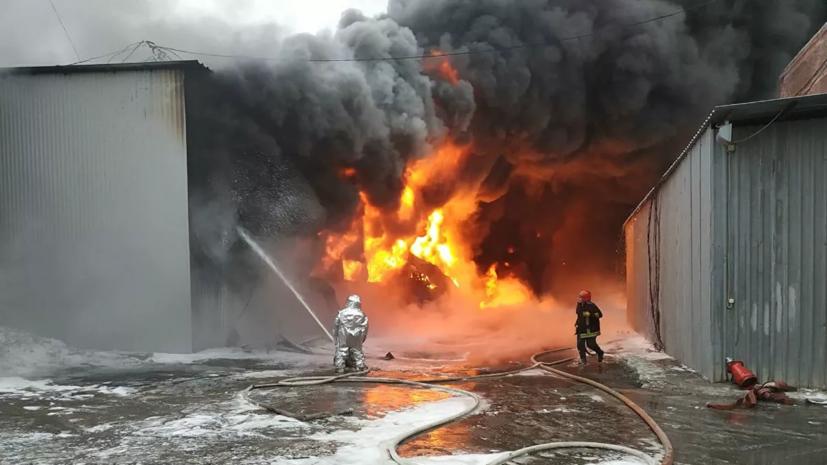 В Екатеринбурге ликвидировали пожар на лакокрасочном заводе