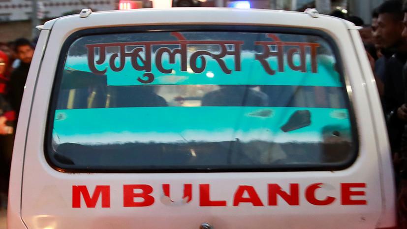 В Непале 13 человек погибли при падении автобуса в пропасть