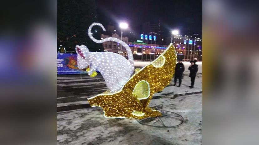 Во Владивостоке автолюбитель повредил декорации возле городской ёлки