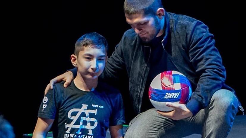 Нурмагомедов сделал подарок мальчику, родившемуся без ног