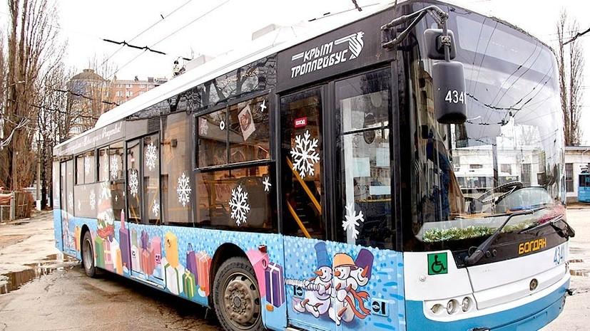 На улицах городов Крыма появились новогодние троллейбусы