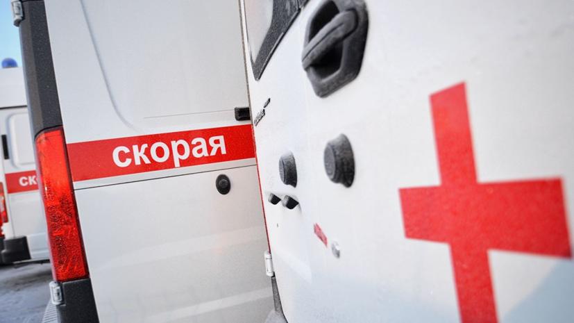 В Петербурге автомобиль наехал на двух пешеходов на остановке