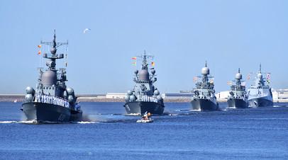 Парадный строй кораблей ВМФ в Кронштадте