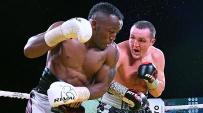 Денис Лебедев (Россия) и Табисо Мчуну (ЮАР) в поединке за титул WBC Silver в первом тяжелом весе на Арене Федерации бокса в Красноярске.
