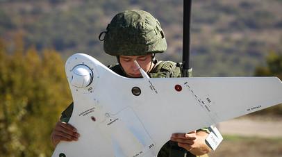 Военнослужащий готовит БПЛА во время тактико-специальных учений Новороссийского гарнизона