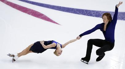 Евгения Тарасова и Владимир Морозов выступают в короткой программе парного катания на чемпионате России по фигурному катанию в Красноярске