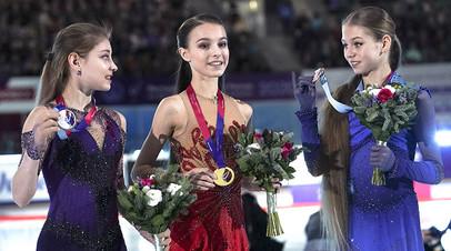 Алёна Косторная, завоевавшая серебряную медаль, Анна Щербакова, завоевавшая золотую медаль и Александра Трусова, завоевавшая бронзовую медаль на чемпионате России по фигурному катанию в Красноярске