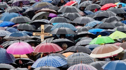 Верующие стоят перед кафедральным собором Святого Василия Острожского.