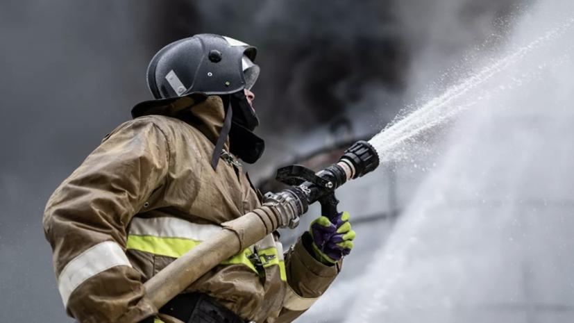 В Свердловской области на площади 600 квадратных метров загорелся ангар