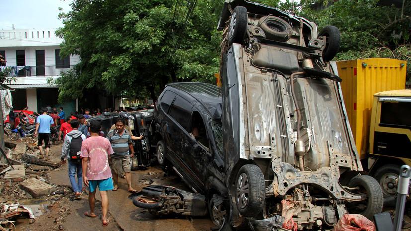 Число жертв наводнения в Индонезии увеличилось до 26