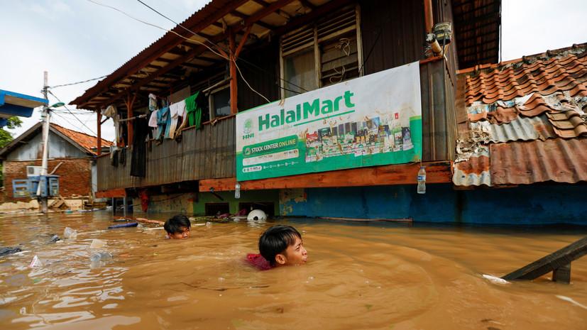 Число жертв наводнения в Индонезии увеличилось до 43
