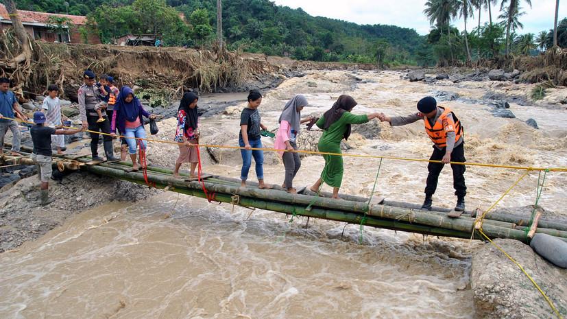 Число жертв наводнения в Индонезии увеличилось до 53