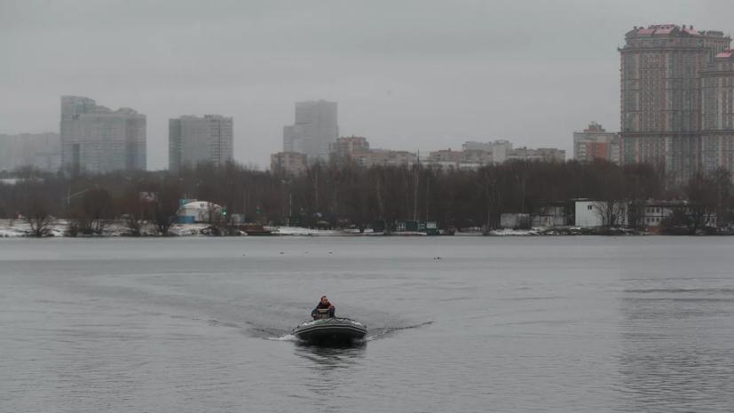 В Москве спасатели вытащили из реки пьяного мужчину