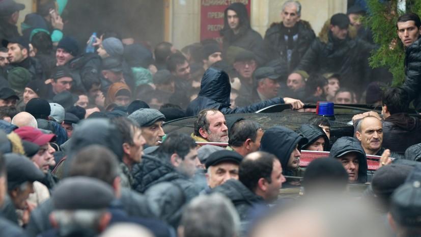 В Абхазии протестующие разграбили оружейную комнату в администрации президента