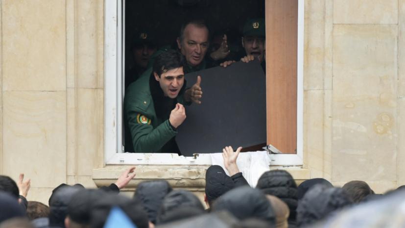 Оппозиция всё ещё контролирует здание администрации президента Абхазии