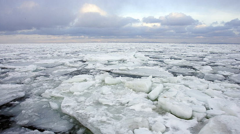 Около 300 рыбаков находятся на отколовшейся льдине в Сахалинской области