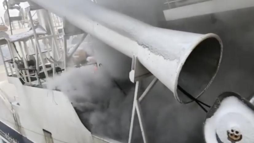 На горящем траулере в Охотском море возможен взрыв хладагентов
