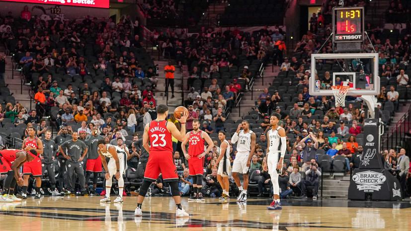 Игроки «Сан-Антонио» и «Торонто» не атаковали кольцо в начале матча НБА в память о Брайанте
