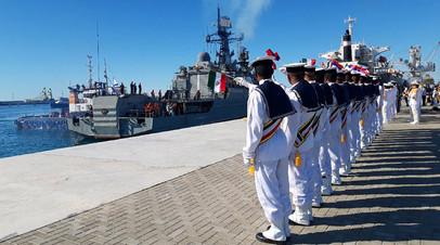 Иранские моряки приветствуют российский сторожевой корабль «Ярослав Мудрый» во время совместных военно-морских учений России, Ирана и Китая в Индийском океане