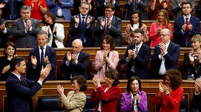 Аплодисменты в адрес Педро Санчеса после его речи в парламенте Испании