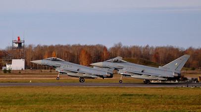 Два немецких истребителя Eurofighter взлетают для патрулирования воздушного пространства Прибалтики