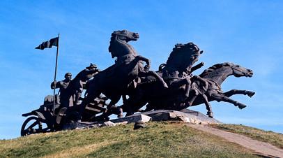 Монументальная скульптура «Легендарная тачанка» близ Каховки
