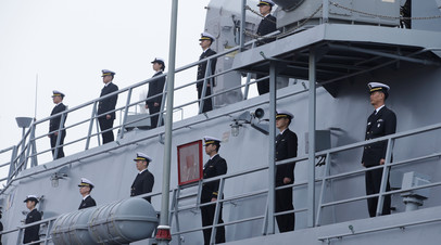 Военнослужащие ВМФ Южной Кореи на палубе корабля