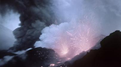 Вулкан Ключевской на Камчатке выбросил пепел на высоту 6 км