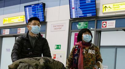 Пассажиры в защитных масках в зоне международных прилётов аэропорта Владивостока