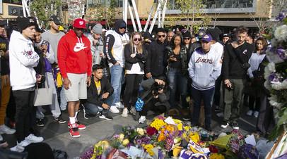 Болельщики собрались у арены «Лос-Анджелес Лейкерс», чтобы почтить память звезды НБА Коби Брайанта