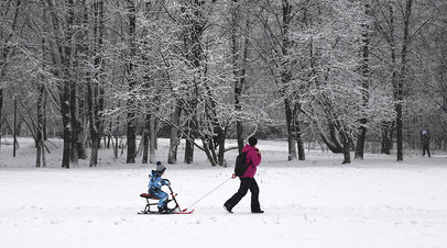 Женщина гуляет с ребёнком в одном из парков Москвы