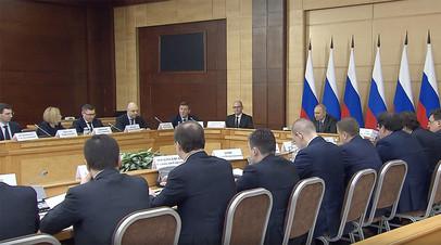 «Нужно быть с людьми, обсуждать с ними самые насущные вопросы»: Путин о работе муниципальных властей