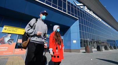 Туристы, прилетевшие из Китая, выходят из зоны таможенного контроля в аэропорту Владивостока, 31 января