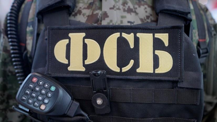 Сотрудники ФСБ изучают документацию в офисе ФК «Енисей»