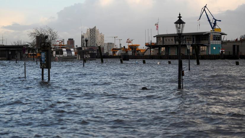 Ураган привёл к затоплению на улицах Гамбурга