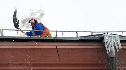 В Новосибирске проверят качество уборки снега с крыш после ЧП в кафе