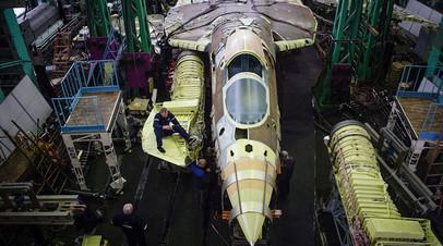 Сотрудники Sukhoi  в одном из цехов по сборке самолёта Су-57