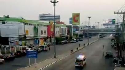 Сотни людей эвакуированы из таиландского ТЦ, где скрывается стрелок