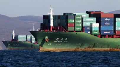 Торговые суда на рейде порта Владивосток в заливе Петра Великого
