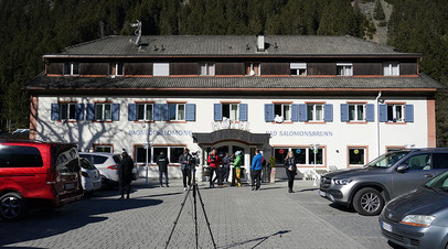 Журналисты у спа-отеля Bagni di Salomone, где живут спортсмены сборной России по биатлону во время чемпионата мира по биатлону в итальянской Антерсельве