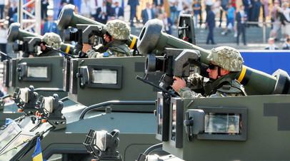 Военнослужащие украинской армии с ракетами Javelin во время военного парада в Киеве