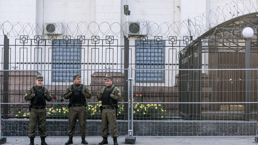 Неизвестный сжег российский флаг возле посольства в Киеве