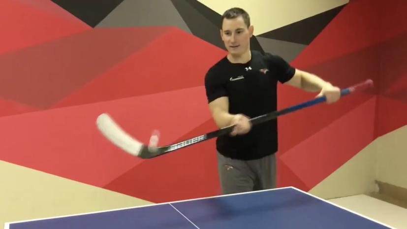 Хоккеисты «Авангарда» сыграли в настольный теннис клюшками и коньками
